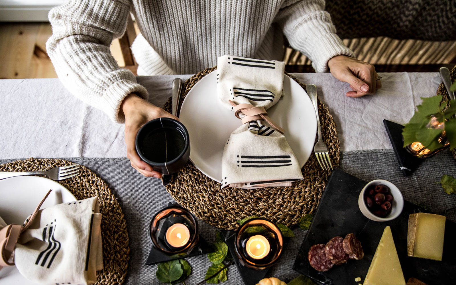 A Few simple and easy tips to make a beautiful and natural holiday table for Thanksgiving and Christmas. Great Tips for a Minimal Thanksgiving Table. Get them on with The Citizenry and The Fresh Exchange.