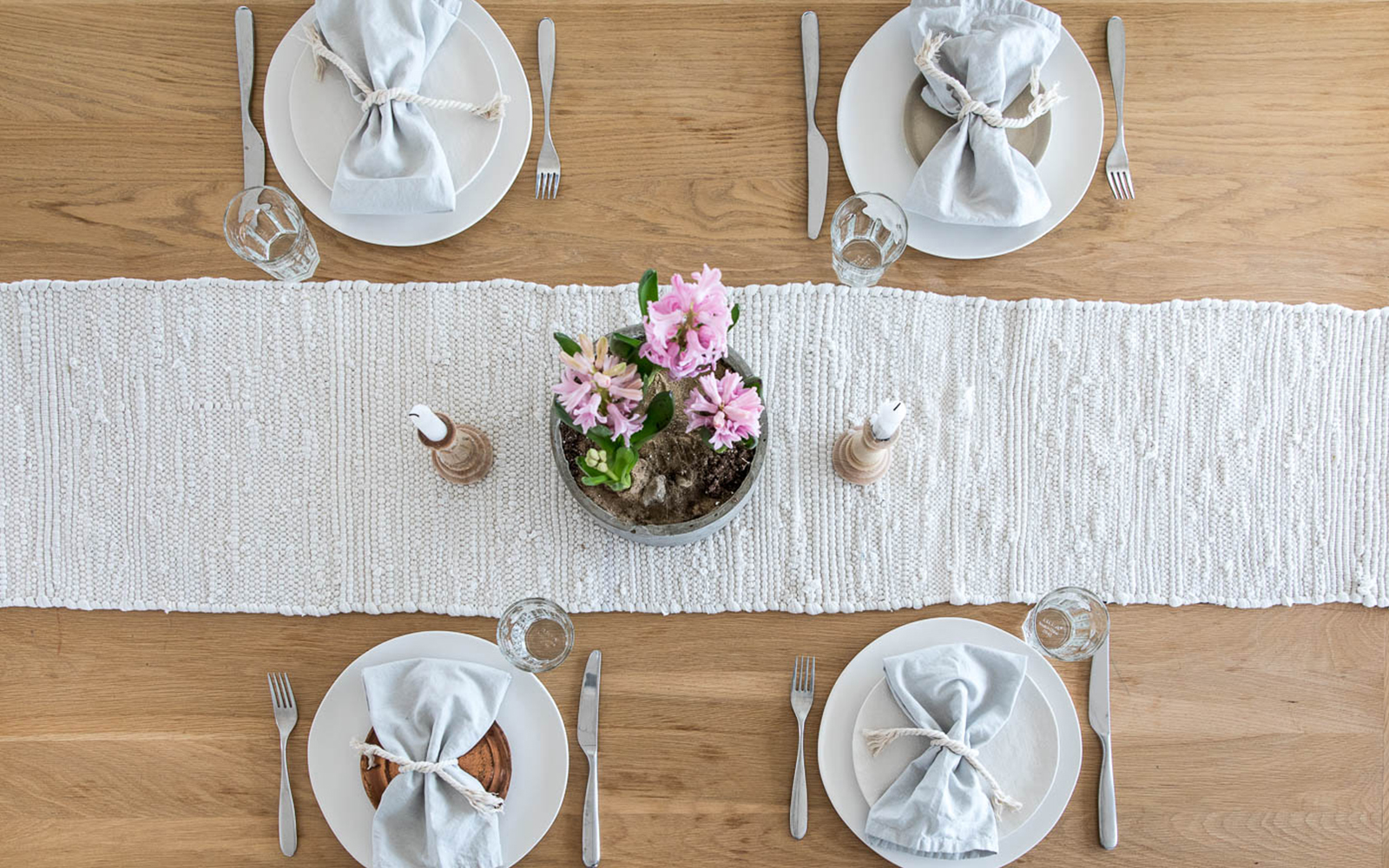 A Simple Easter Table you can do today or all spring. Get the full look on The Fresh Exchange.