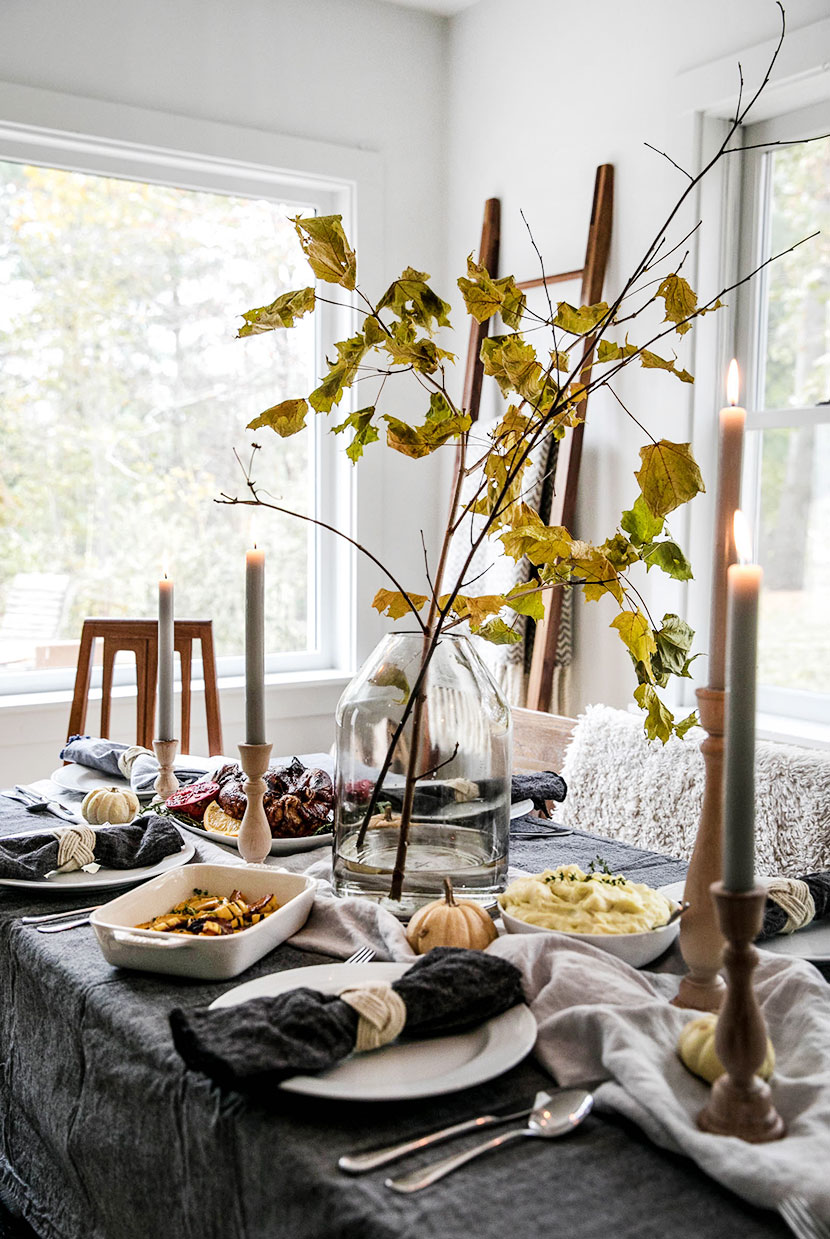 A Simple and natural Thanksgiving Table Setting that is easily done while the turkey cooks. Get the look on The Fresh Exchange.